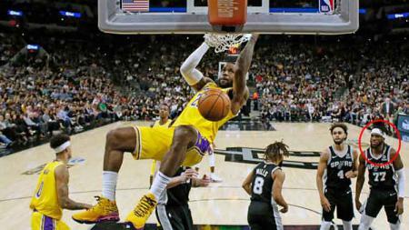Aksi slam dunk dari pemain bintang basket NBA milik LA Lakers, LeBron James membuat DeMarre Carroll terdiam. - INDOSPORT