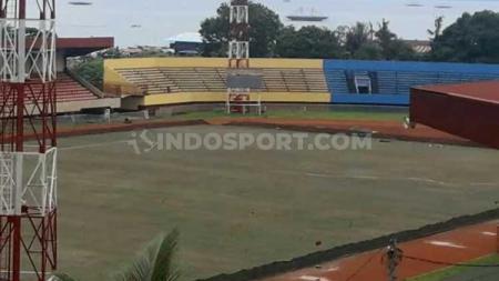 Renovasi Stadion Mandala Papua jelang perhelatan pesta olahraga PON XX tahun 2020 sudah memasuki tahap penanaman rumput lapangan, Selasa (26/11/19). - INDOSPORT