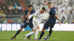 Indosport - Eden Hazard tengah berusaha melewati penjagaan lawan di laga kelima Liga Champions 2019/20 antara Real Madrid vs PSG, Rabu (27/11/19) dini hari WIB.