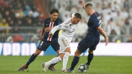Eden Hazard tengah berusaha melewati penjagaan lawan di laga kelima Liga Champions 2019/20 antara Real Madrid vs PSG, Rabu (27/11/19) dini hari WIB. - INDOSPORT