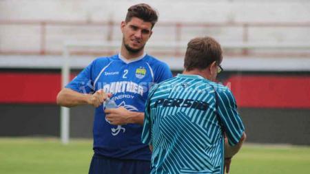 Pelatih Persib Bandung, Robert Rene Alberts, memuji kondisi kebugaran Nick Kuipers yang baru bergabung dan berlatih bersama timnya di Stadion GBLA. - INDOSPORT