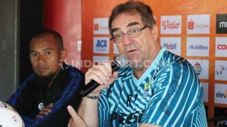 Robert Rene Alberts pesimis mendapat respons positif jika melayangkan surat protes untuk wasit di laga lanjutan Liga 1 antara Bali United vs Persib Bandung. - INDOSPORT