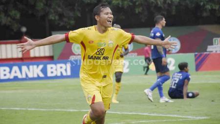 Adam Alis melakukan selebrasi usai cetak gol ke gawang Arema FC dalam pertandingan Liga 1. - INDOSPORT