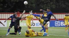 Indosport - Arthur Cunha (kanan) saat menghadapi Bhayangakara FC di Liga 1 2019.