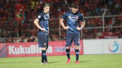 Indosport - Ante Bakmaz (kiri) dan Jaimerson saat meratapi kekalahan telak MU di markas Badak Lampung.