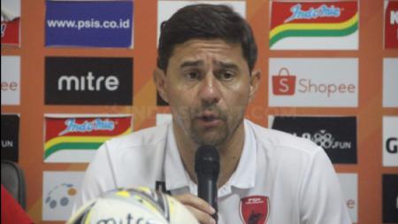 Darije Kalezic saat konferensi pers usai laga lanjutan Liga 1 2019 antara PSIS Semarang vs PSM Makassar, Rabu (27/11/19) malam WIB. - INDOSPORT