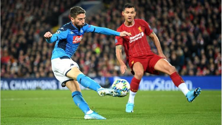 Aksi Dries Mertens mencetak gol dalam pertandingan Liverpool vs Napoli di lanjutan Liga Champions, Kamis (28/11/19). Copyright: twitter.com/ChampionsLeague