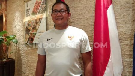 Manajer timnas Indonesia U-23, Sumardji, memberi wejangan menjelang laga SEA Games 2019 melawan Singapura. - INDOSPORT