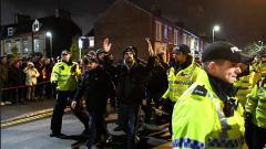 Indosport - Fans Napoli saat dikawal polisi dalam pertandingan Liga Champions melawan Liverpool di Anfield.