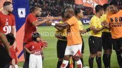 Indosport - Kapten Persipura Jayapura, Boas Solosa, bersalaman dengan kiper Persija Jakarta, Andritany, sebelum bertanding di Liga 1 2019.
