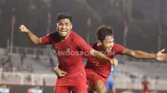 Indosport - Asnawi Mangkualam Bahar (kiri) berselebrasi usai mencetak gol ke gawang Singapura, Kamis (28/11/19).