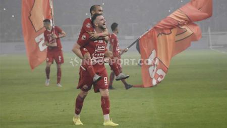 Marko Simic menggendong Riko Simanjuntak dalam perayaan kemenangan Persija atas Persipura bertepatan di hari ultah klub ke-91. - INDOSPORT