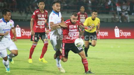 Omid Nazari membayangi pergerakan lawan dalam laga pekan ke-29 Shopee Liga 1 2019 antara Bali United vs Persib Bandung di Stadion Kapten I Wayan Dipta, Gianyar, Kamis (28/11/19). - INDOSPORT