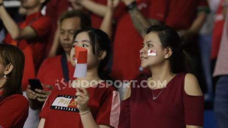 Ilustrasi penonton wanita di tribun lapangan sepak bola. - INDOSPORT