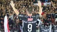 Indosport - Pemain klub Liga 1 Bali United, Ilija Spasojevic mengirimkan pesan menyentuh untuk mendiang istrinya, Lelhy Arief usai menang atas Semen Padang