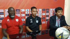 Indosport - Gelandang klub Liga 1 Persipura Jayapura, Muhammad Tahir (tengah) bersama sang pelatih, Jacksen Tiago.