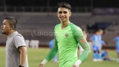 Indosport - Kiper Timnas Indonesia U-23, Nadeo Argawinata, dalam pertandingan melawan Singapura di SEA Games 2019