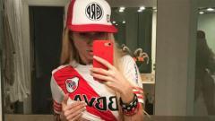 Indosport - Fans seksi River Plate, Melisia Artista menunjukkan kesetiaan kepada klub junjungannya dengan mengirim video fenomenal serta melelang pakaian dalamnya.