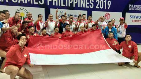 Timnas Polo Air Indonesia raih medali emas dan membentangkan bendera merah putih di Aquatic Stadium, Clark, Filipina, Jumat (29/11/19). - INDOSPORT