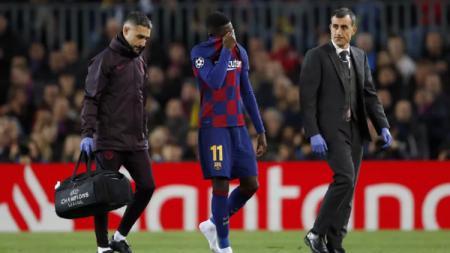 Ousmane Dembele tampak menangis saat harus meninggalkan lapangan karena cedera di pertandingan Barcelona vs Dortmund di Liga Champions, Kamis (28/11/19) dini hari kemarin. - INDOSPORT