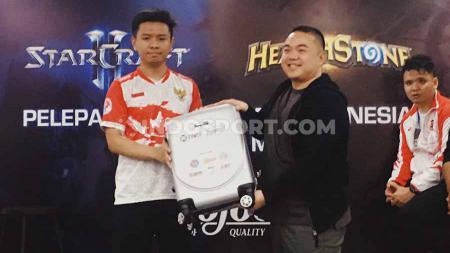 Tim Starcraft II Indonesia yang terdiri dari Emmanuel Enrique dan Dani Bondan Pramana Lukman untuk SEA Games 2019. - INDOSPORT