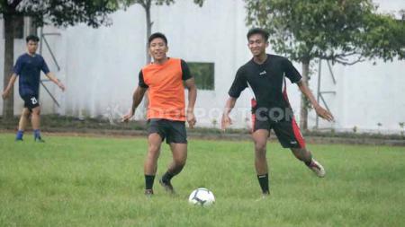 Ahmad Bustomi menjadikan kegiatan fun soccer sebagai agenda pengisi waktu luang dalam liburan, pasca tugasnya bersama Mitra Kukar di kompetisi Liga 2 musim 2019 berakhir. - INDOSPORT