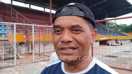 Asisten pelatih klub Liga 1 PSM Makassar, Bonnie Fautngil. Foto: Adriyan Adirizky/INDOSPORT - INDOSPORT
