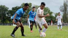 Indosport - Pemain Karo United (baju putih) coba keluar dari hadangan pemain tuan rumah PSLS Lhokseumawe, dalam laga leg 1 babak kedua Liga 3 Regional Sumatera, Sabtu (30/11/2019) sore.