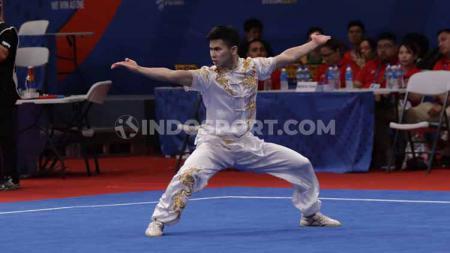 Atlet Wushu asal Indonesia, Edgar Xavier Marvelo, jadi sorotan media Filipina lantaran mampu meraih medali emas di SEA Games 2019 meski tengah berkabung. - INDOSPORT