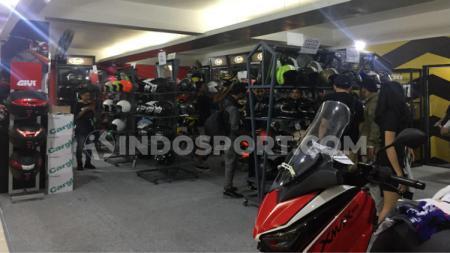 Koleksi helm di IIMS Motobike Expo 2019. - INDOSPORT