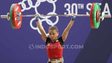 Potret kekecewaan lifter putri Indonesia, Lisa Setiawati usai gagal meraih emas di nomor 45 kg di Nino Aquino Stadium, Minggu (01/12/19). Foto: Ronald Seger Prabowo - INDOSPORT