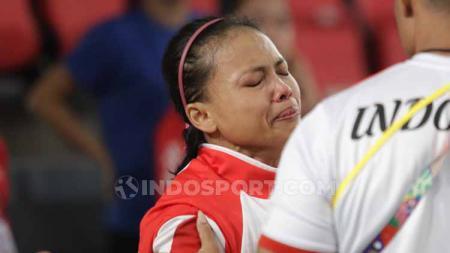 Atlet angkat besi Indonesia, Lisa Setiawati tak kuasa menahan air matanya setelah hanya meraih medali perak SEA Games 2019 di Filipina. - INDOSPORT