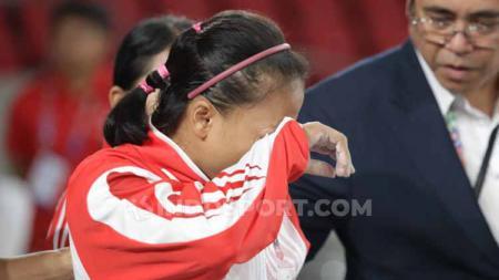 Lisa Setiawati yang gagal meraih emas SEA Games 2019 mendapat dukungan semangat dari Eko Yuli dan Menpora Indonesia, Zainudin Amali. - INDOSPORT