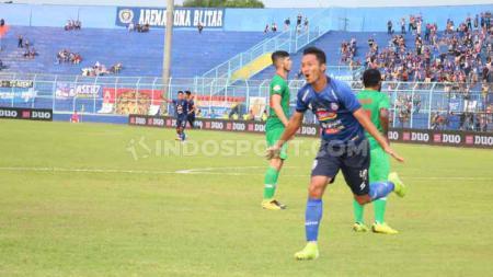 Dendi Santoso mengenang kisah indahnya meraih prestasi tinggi bersama klub Liga 1 Arema FC, kala meraih trofi juara kompetisi Indonesia Super League (ISL) 2010. - INDOSPORT