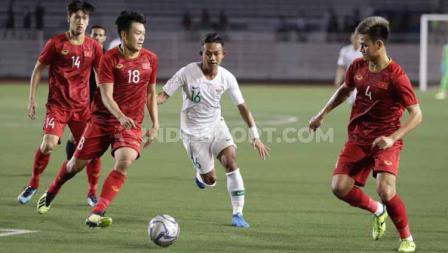 Sejumlah pemain Vietnam berusaha menghentikan laju bintang Timnas Indonesia U-23 Sani Rizki di Rizal Memorial dalam lanjutan penyisihan Grup B SEA Games 2019.