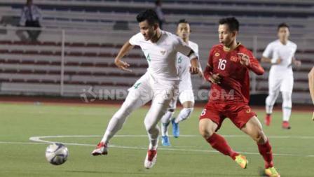 Asnawi Mangkualam tengah duel dengan salah satu pemain Vietnam yang menghadapi Timnas Indonesia U-23 dalam lanjutan SEA Games 2019.