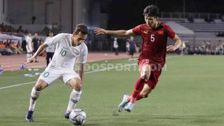 Bintang Timnas Indonesia U-23, Egy Maulana Vikri berusaha melabui salah satu pemain Vietnam dalam lanjutan SEA Games 2019.