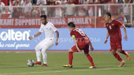 Pemain Timnas Indonesia U-23, Saddil Ramdani tengah mencari celah untuk menembus pertahanan lini belakang Vietnam dalam lanjutan SEA Games 2019.