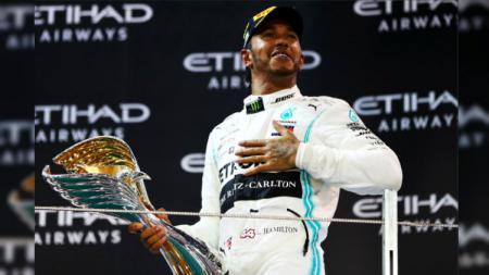 Lewis Hamilton disarankan relakan sebagian gajinya untuk bantu keuangan tim Mercedes. - INDOSPORT