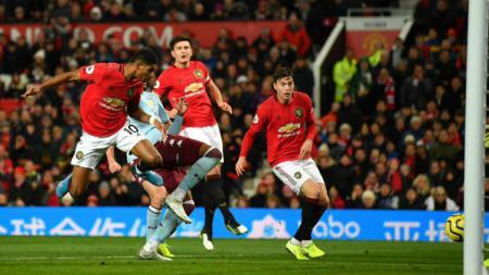 Sundulan Marcus Rashford yang berujung gol Manchester United ke gawang Aston Villa di pekan ke-14 Liga Inggris, Minggu (01/12/19). - INDOSPORT