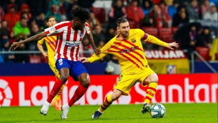 Pasca laga LaLiga Spanyol melawan Barcelona, beberapa fans Atletico Madrid melempari barang kedalam lapangan.Hal ini berimbas dengan hukuman denda bagi los Rojiblancos. - INDOSPORT