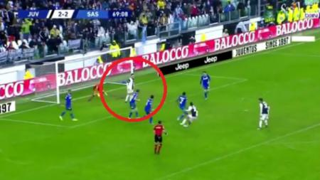 Aksi Cristiano Ronaldo menggagalkan gol Paulo Dybala di laga Juventus vs Sassuolo pada pekan ke-14 Serie A Liga Italia, Minggu (01/12/19). - INDOSPORT