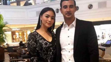 Salah satu selebritas Indonesia, Citra Kirana (kiri) bersama sang mantan kekasih, Ali Syakieb. - INDOSPORT