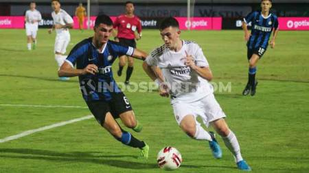 Kapten Inter Milan U-18, Eduardo Sottini saat mengawal pergerakan penyerang Real Madrid, David Gonzalez Ballesteros pada laga Bali U-20 International Cup 2019 di Stadion Kapten I Wayan Dipta, Gianyar, Minggu (1/12/19). - INDOSPORT