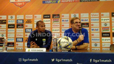 Pelatih Persib Bandung, Robert Rene Alberts (kanan) menargetkan kemenangan pada pertandingan pamungkas Liga 1 2019 menghadapi PSM Makassar. - INDOSPORT