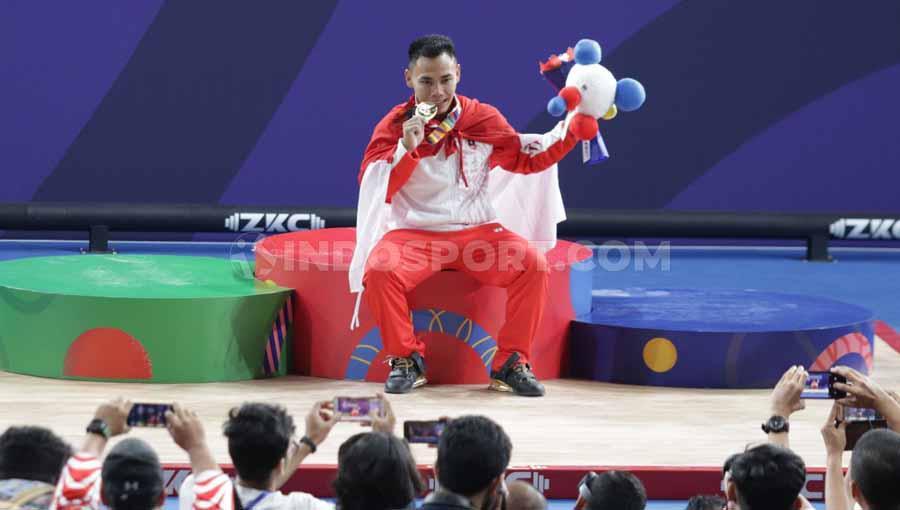 Eko Yuli Irawan raih medali emas angkat besi kelas 61 kilogram putra di Nino Aquino Stadium, Manila, Senin (02/12/19). Copyright: Ronald Seger Prabowo/INDOSPORT