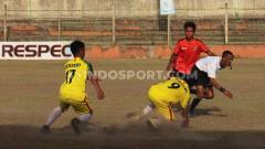 Indosport - Wasit asal Garut, Kurnia Setiawan pontang-panting saat menghindari kejaran para pemain Persebi Bima pada leg kedua final Liga 3 zona Bali Nusra di Stadion Kompyang Sujana, Denpasar, Senin (2/12/19).