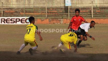 Wasit asal Garut, Kurnia Setiawan pontang-panting saat menghindari kejaran para pemain Persebi Bima pada leg kedua final Liga 3 zona Bali Nusra di Stadion Kompyang Sujana, Denpasar, Senin (2/12/19). - INDOSPORT