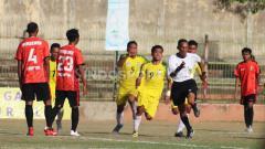 Indosport - Wasit asal Garut, Kurnia Setiawan pontang-panting menghindari amukan pemain Persebi Bima pada leg kedua final Liga 3 zona Bali Nusra di Stadion Kompyang Sujana, Denpasar, Senin (2/12/19).