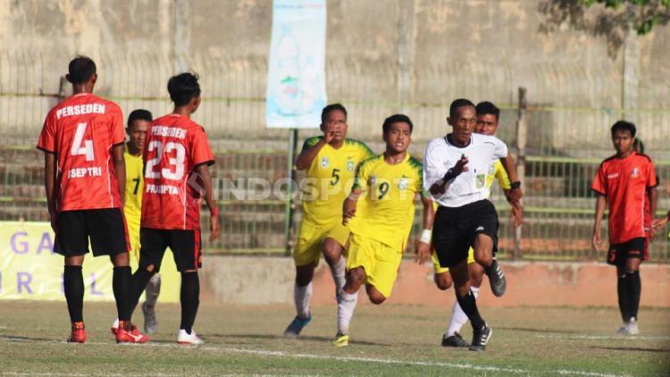 Wasit asal Garut, Kurnia Setiawan pontang-panting menghindari amukan pemain Persebi Bima pada leg kedua final Liga 3 zona Bali Nusra di Stadion Kompyang Sujana, Denpasar, Senin (2/12/19). Copyright: Nofik Lukman Hakim/INDOSPORT